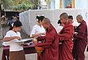 נזירים בודהיסטים במיאנמר . צילום: journeyswithjan