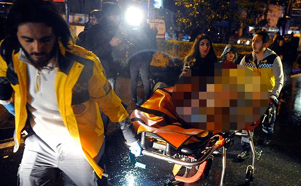 מפנים פצועים מהזירה באיסטנבול, הלילה