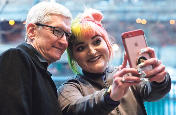 טים קוק ולקוחה של אפל
