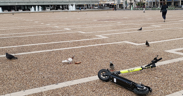 A knocked over scooter in Tel Aviv. Photo: Nitsan Saddan