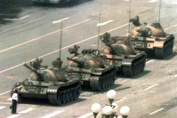 הסטודנט הסיני האלמוני שהונצח באחד הצילומים המפורסמים ביותר במאה ה-20 במהלך אירועי כיכר טיאננמן בשנת 1989