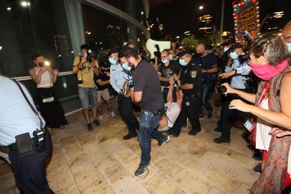 המשטרה עוצרת מפגינים בכיכר הבימה בתל אביב