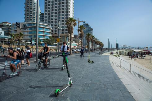 הטיילת בתל אביבL: שביל אופניים מופרד ומסודר ישנו, אך בהעדר אכיפה הטיילת היא סכנת מוות להולכים